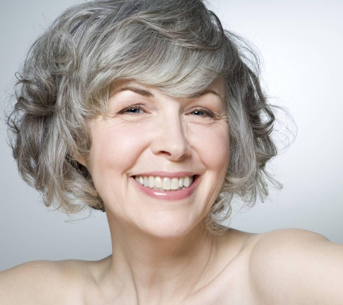 В каком возрасте обычно появляются седые волосы